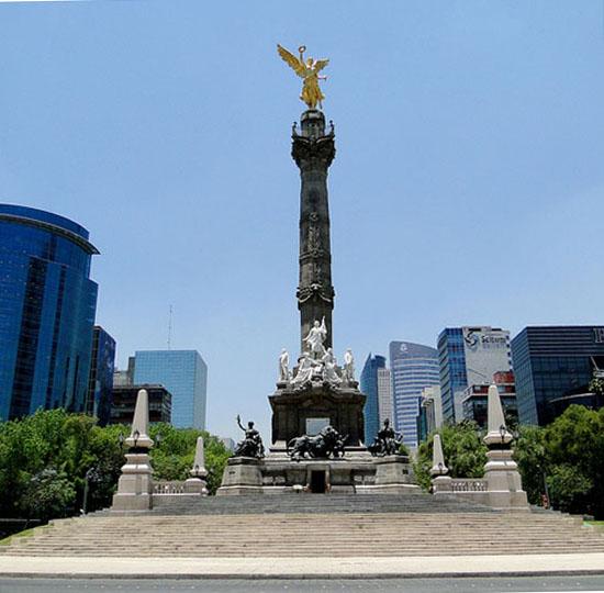 Hundimiento del terreno que rodea la Columna de la Independencia. Pase el cursor del mouse sobre la imagen para alternar la imagen reciente con la de 1910.